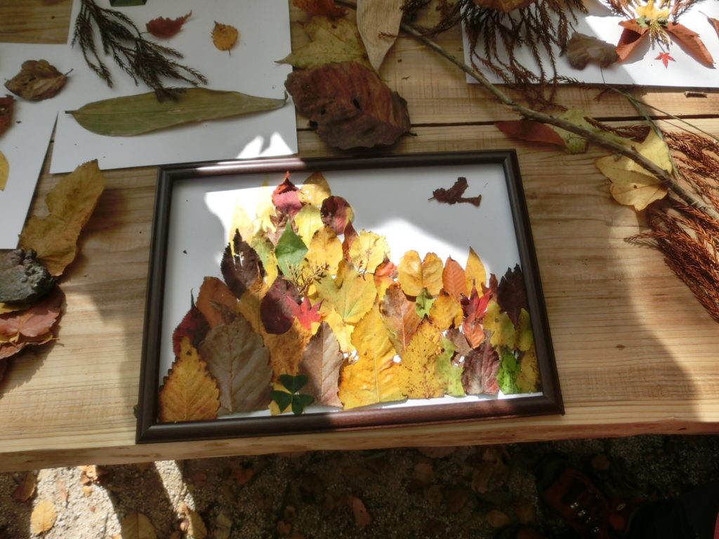 落ち葉で葉っぱアート